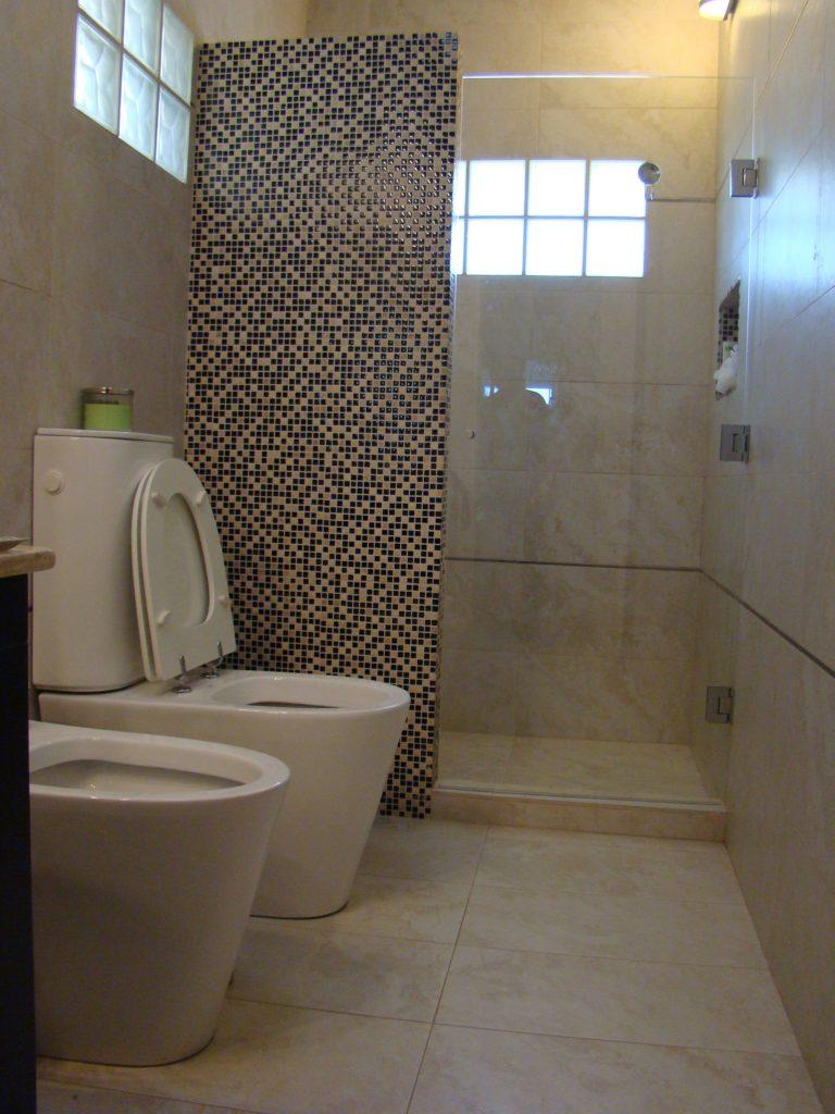 Ll duchas o ba eras cu l es la mejor para tu ba o for Pared de bano de concreto encerado